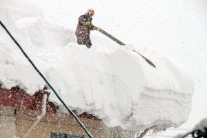 Yukihori - A person who removes the snow on the roof